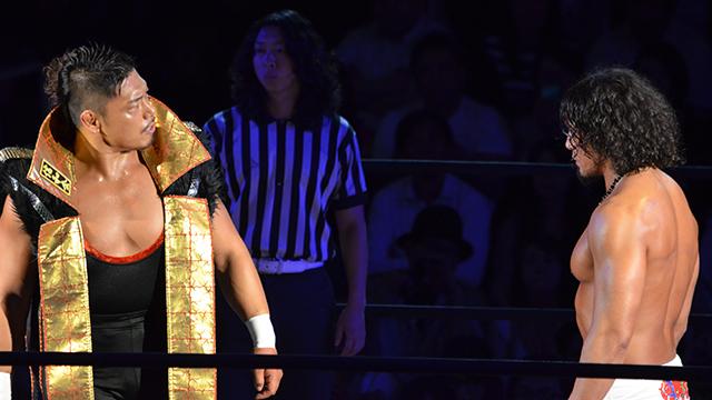 対立する、鷹木信悟とYAMATO